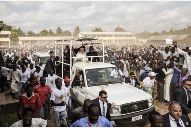 Bangui, il Papa ha aperto la Porta santa. Al via il Giubileo