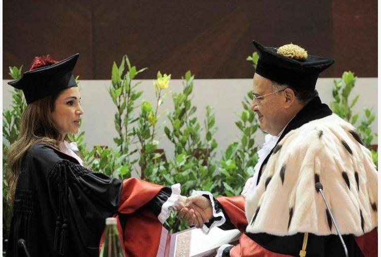 Rania di Giordania splendida in toga  Laurea ad honorem alla Sapienza 0d8a00a3feee