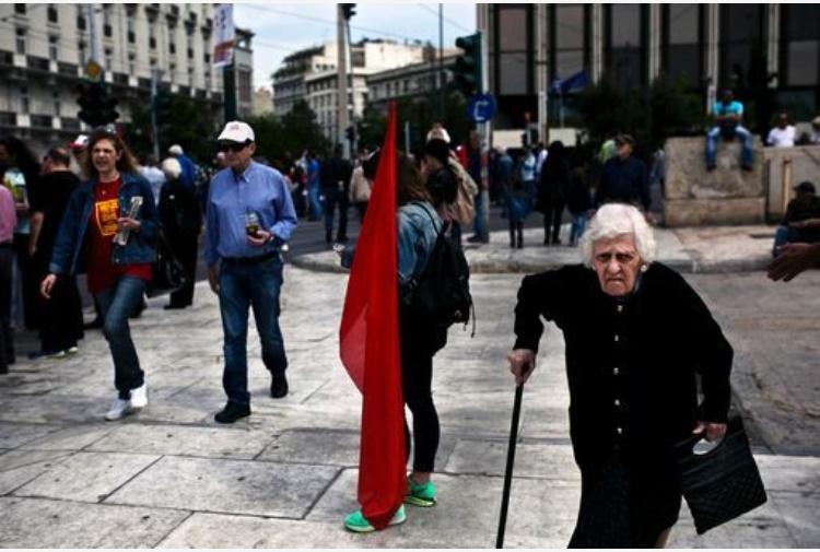 Riforma Pensioni In Grecia Scontri Di Fronte A Parlamento