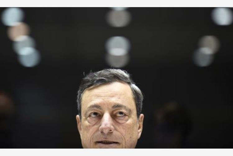 La Bce lascia i tassi invariati, Draghi: economia solida