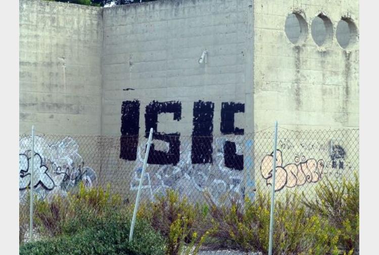 Vernice nera e scritta isis su un muro a fiumicino for Vernice muro