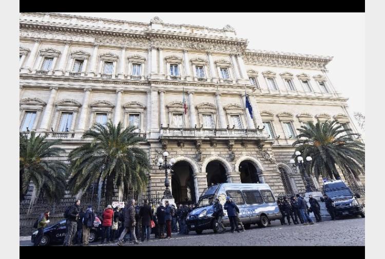 Bankitalia costo medio c c a 76 5 euro tiscali notizie for Costo medio dell aggiunta della suite