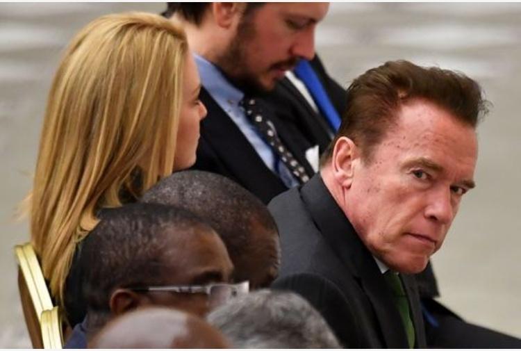 Trump sbeffeggia Schwarzy per flop in tv