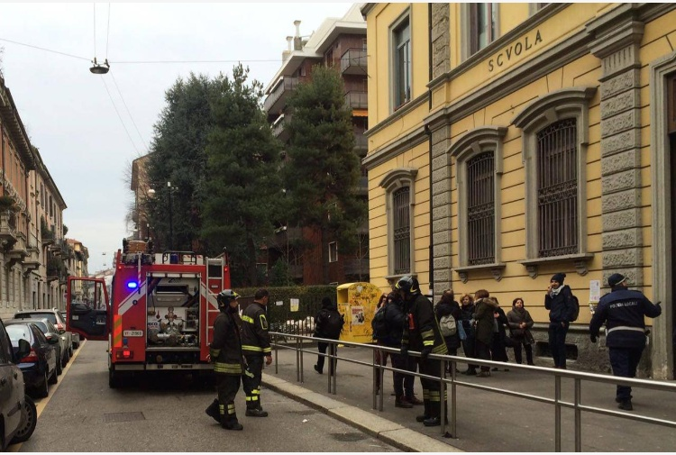 Panico a Milano, incendio alla scuola elementare: bimbi evacuati e al freddo