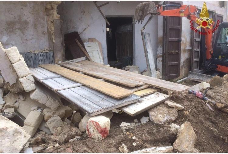 Campobello di Mazara: crolla edifico, due persone recuperate vive sotto macerie