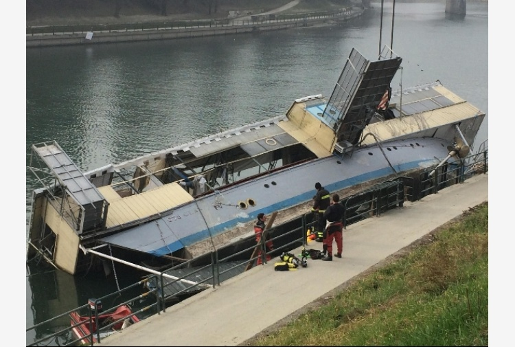 Torino, si tenta recupero barcone sul Po