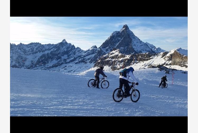Neve, in 250 giù dal ghiacciaio in bici