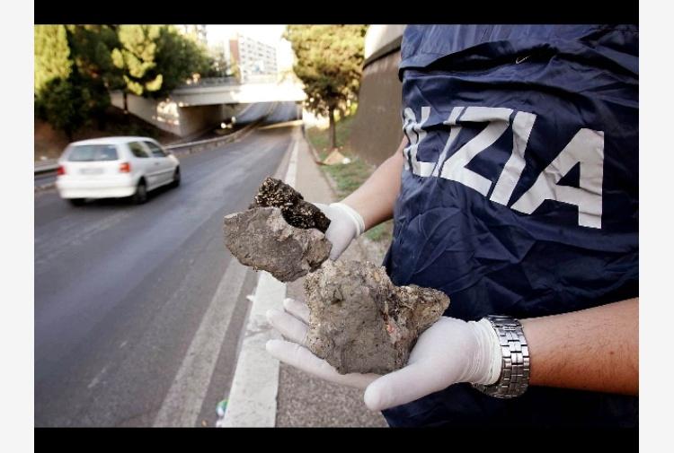 Sassi da cavalcavia A26,danneggiate auto
