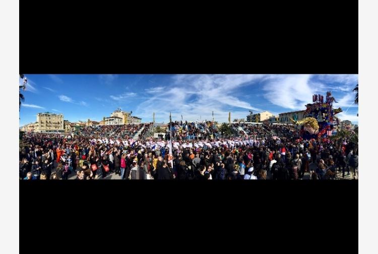 Carnevale Viareggio, 150 mila sui viali