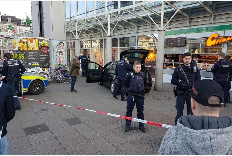 Germania, auto sulla folla: tre feriti. La polizia: non è terrorismo