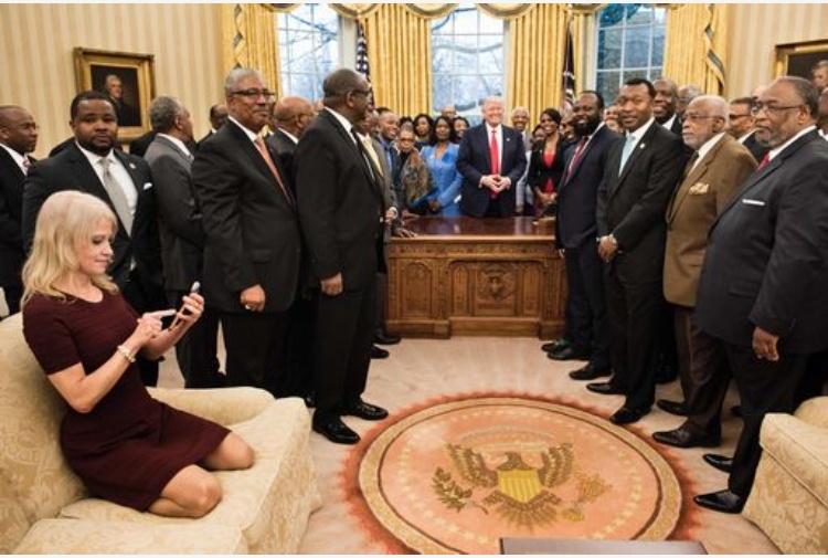 La foto della consigliera maleducata di Trump