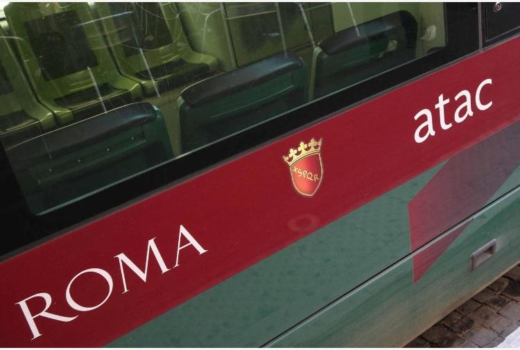 Così è andato a fuoco il bus a Ciampino