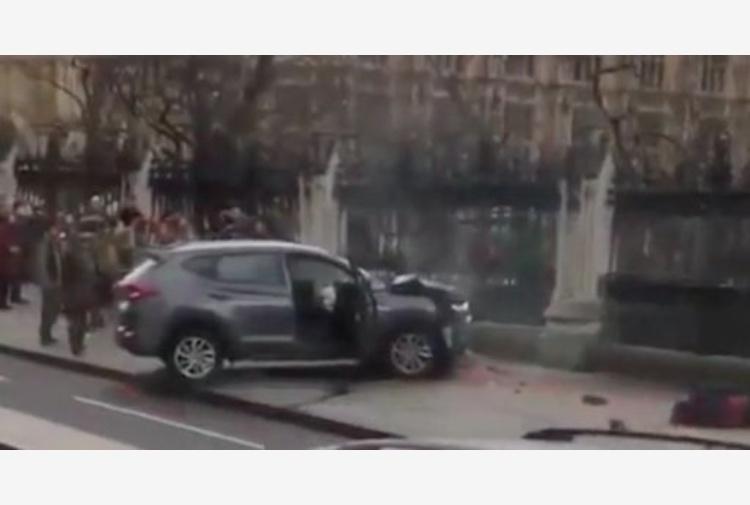 Londra Spari al Parlamento: auto sulla folla