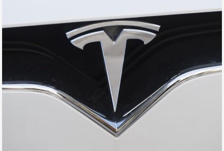 L'auto elettrica di Tesla corre e supera Ford per capitalizzazione di mercato