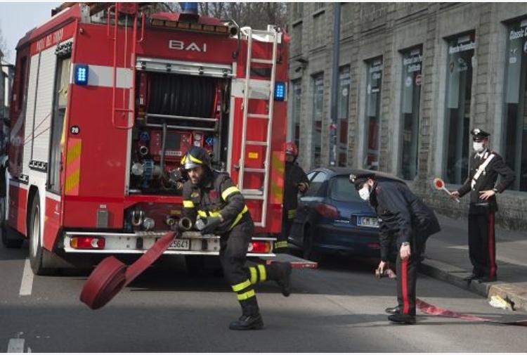 Genova, casa in fiamme gettano il figlio dalla finestra