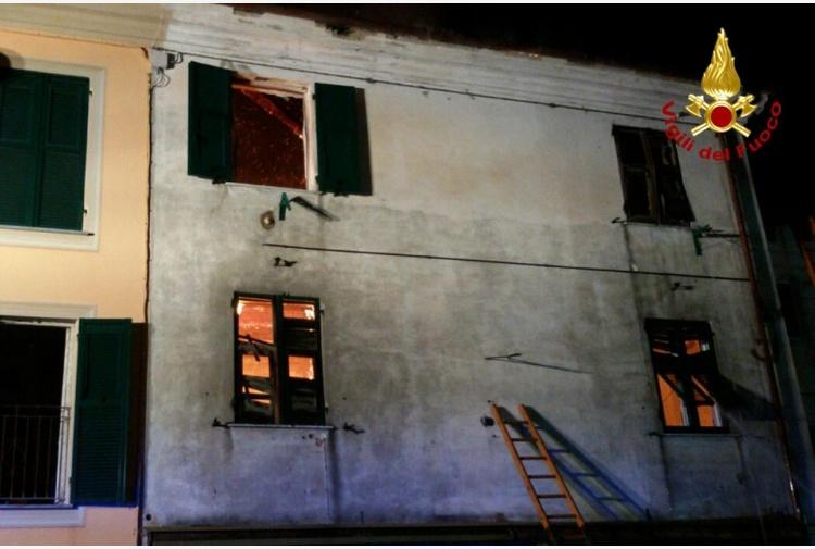 Genova, una casa va a fuoco: famiglia si getta dalla finestra