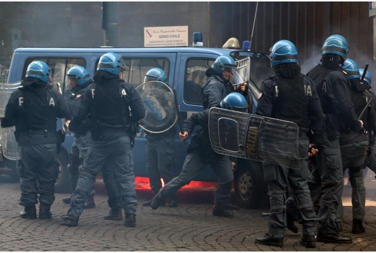 25 aprile tensione a Milano tra Forza Nuova e antifascisti