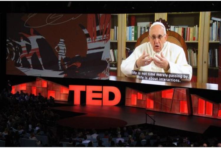 Papa Francesco litiga con il vento | FOTOGALLERY