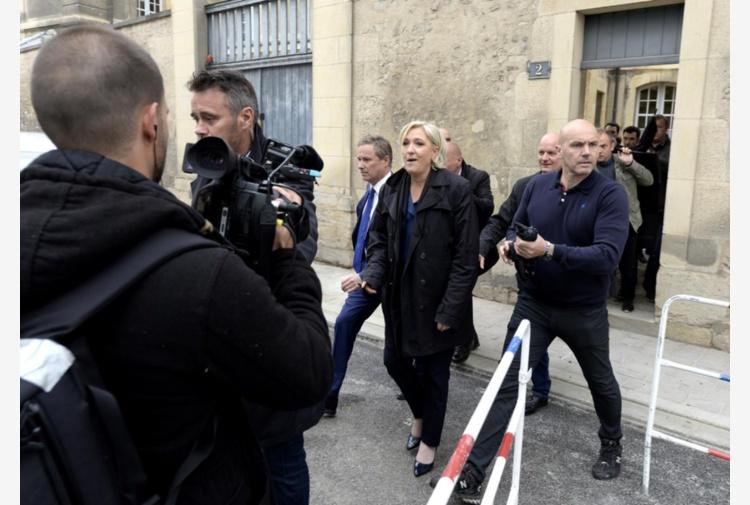 Francia, ultime ore prima del voto Attacco hacker contro Macron