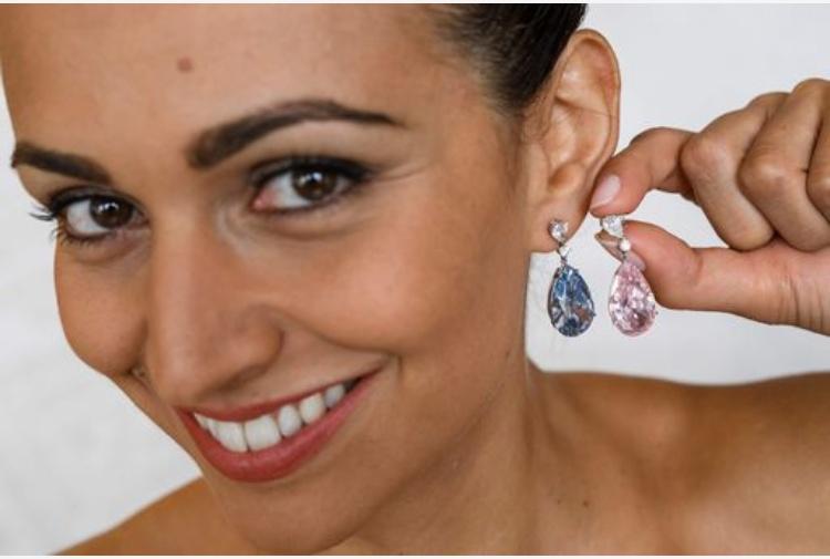 Rosa e azzurro: orecchini straordinari all'asta da Sotheby's