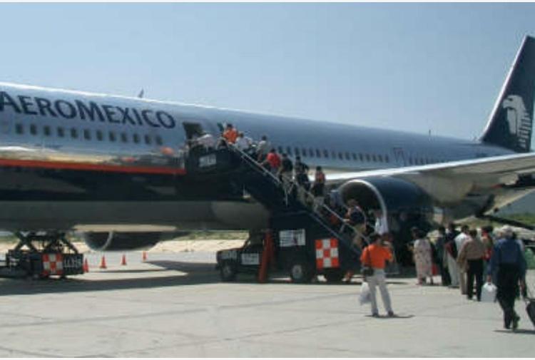 Los Angeles, l'aereo atterra e travolge il furgone: otto feriti in aeroporto