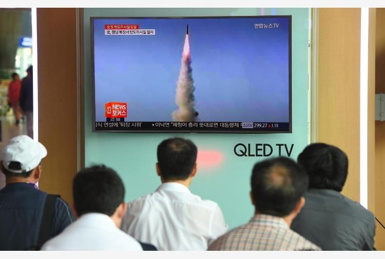 Corea del Nord, Kim approva produzione massa missile KN-15 VIDEO