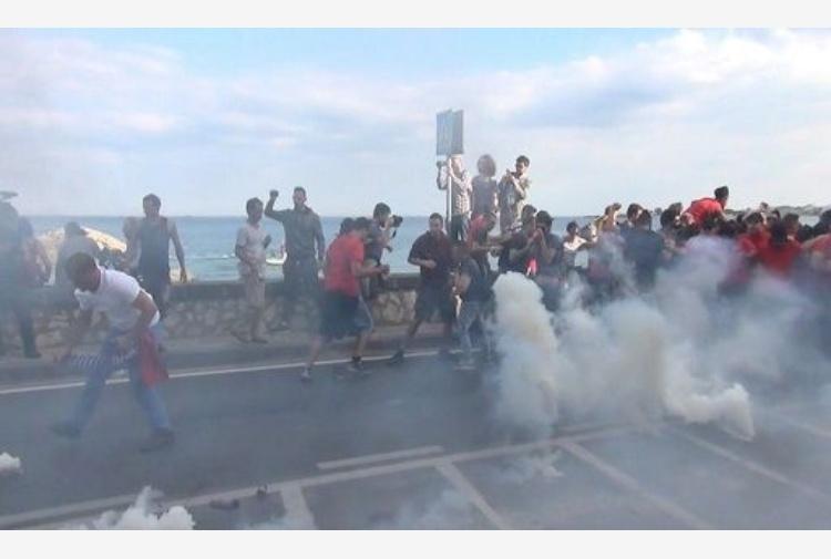 Tafferugli a Giardini Naxos, polizia lancia fumogeni sui