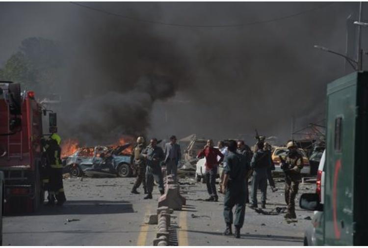 Autobomba in piazza a Kabul, 80 morti