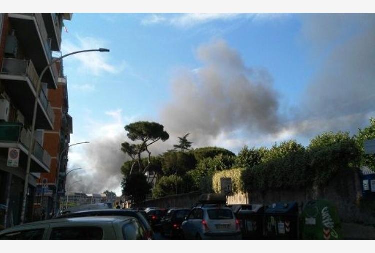 Rogo deposito auto, nube nera su Roma