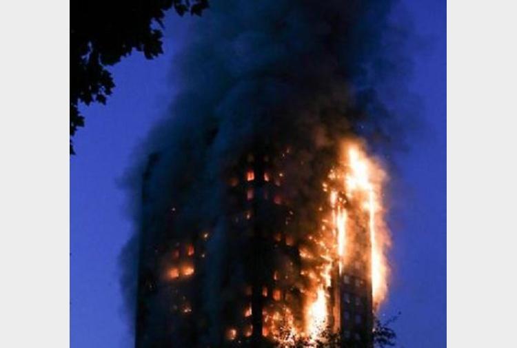 Londra palazzo 24 piani va a fuoco forse persone for Palazzo a 4 piani