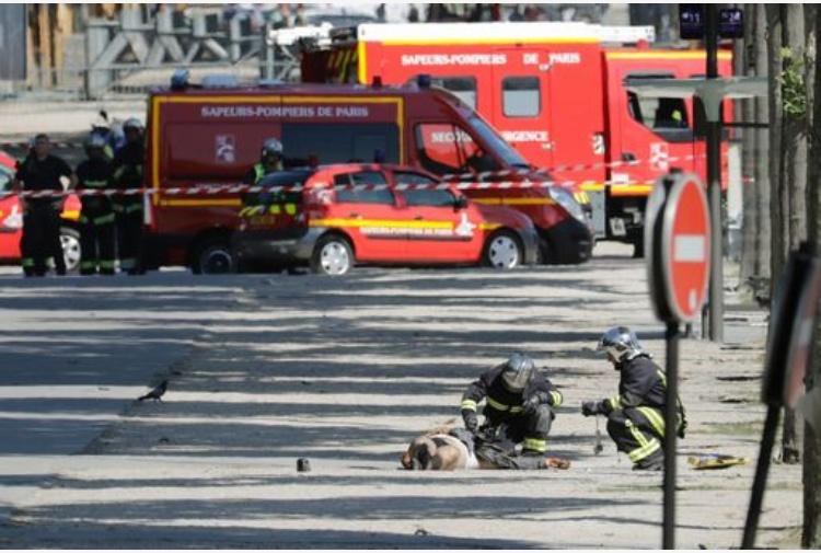 Parigi, auto in fiamme contro camion polizia sugli Champs-Elysées