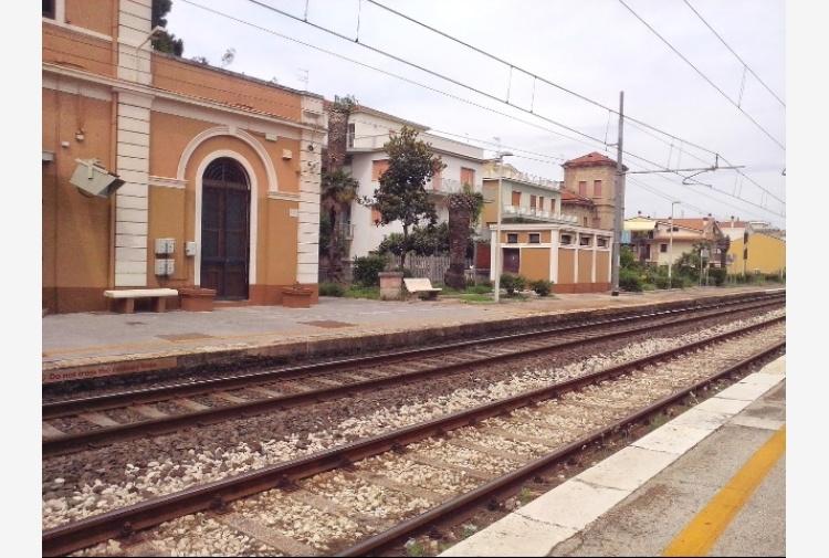 Incendio vicino ferrovia, stop treni