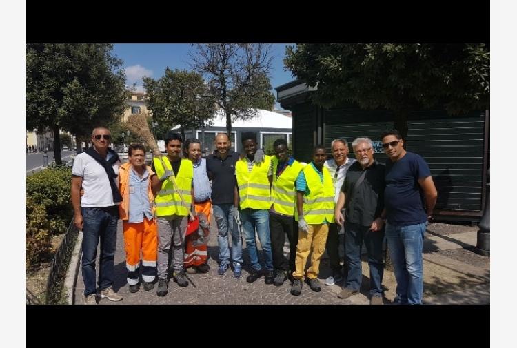 Campobasso, migranti puliscono la città