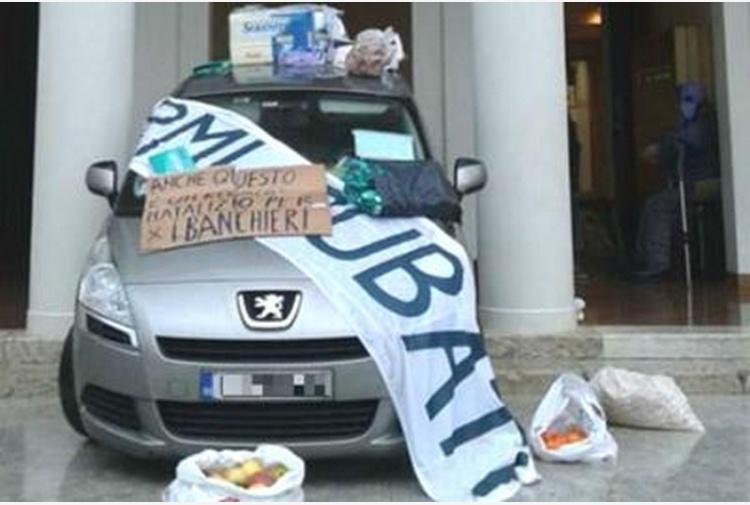Pensionato invalido si lancia con l'auto contro l'ex Veneto Banca per protesta