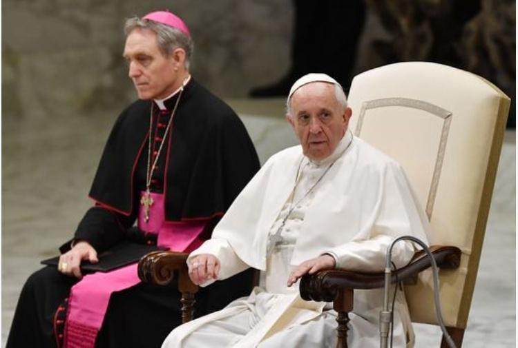 In ottomila per l'udienza, Papa Francesco firma autografi ai ragazzi