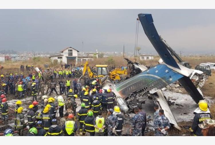 Nepal, aereo in fiamme si schianta a Kathmandu: