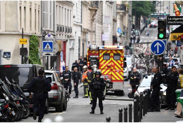 Un uomo ha preso almeno due ostaggi in un appartamento di Parigi