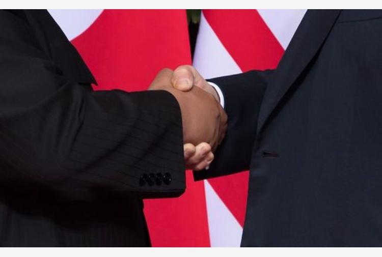 Trump stringe la mano a Kim, le lacrime di Rodman: