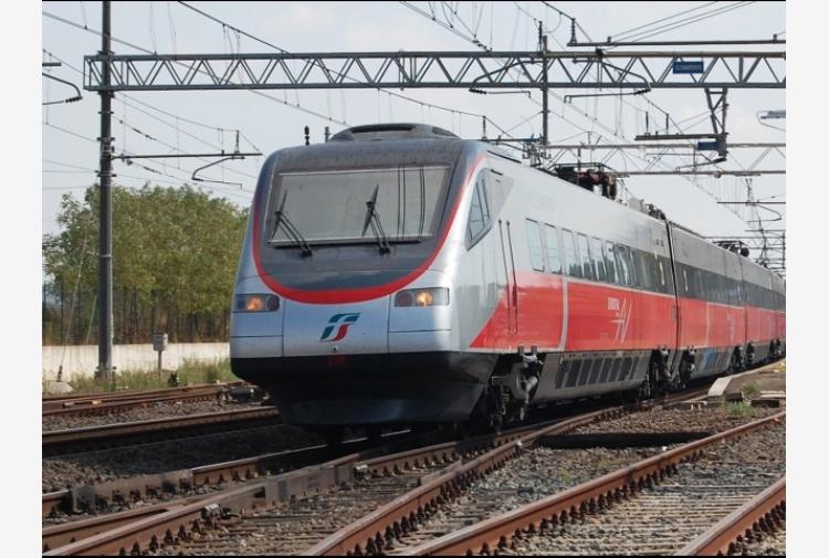 Attraversa binari, investita da treno