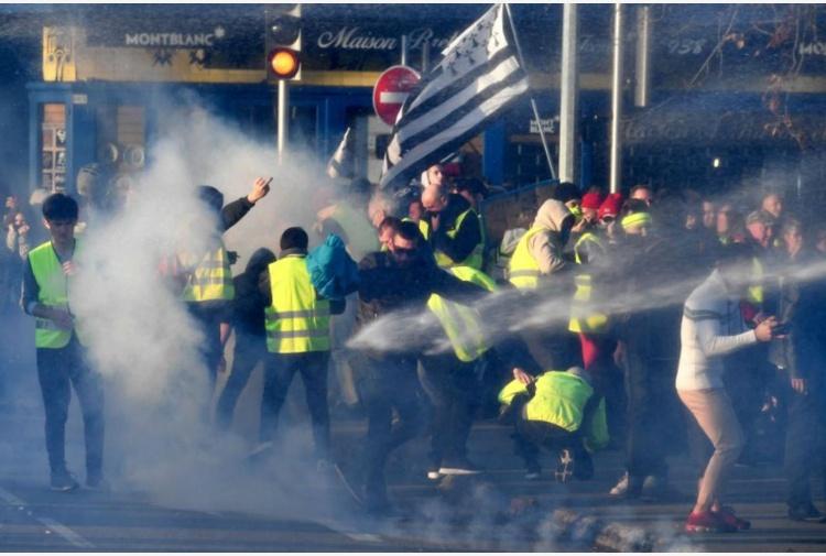 Francia, auto su manifestanti contro caro-benzina. Un morto