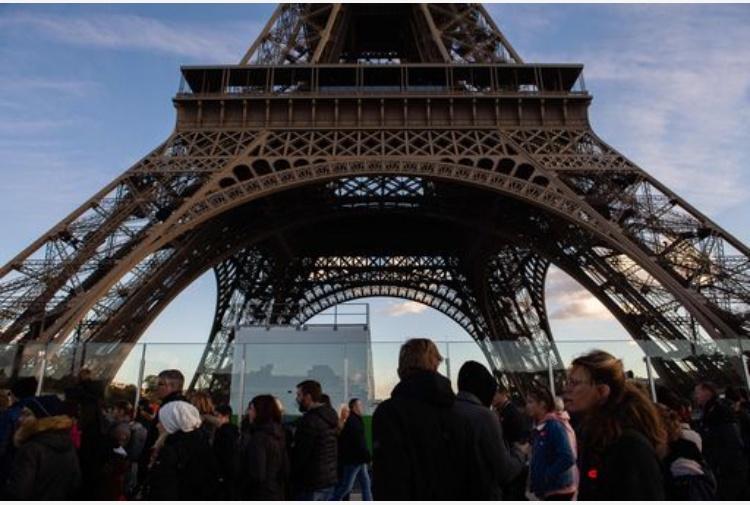 Francia Torre Eiffel a Parigi chiusa sabato per i'gilet gialli