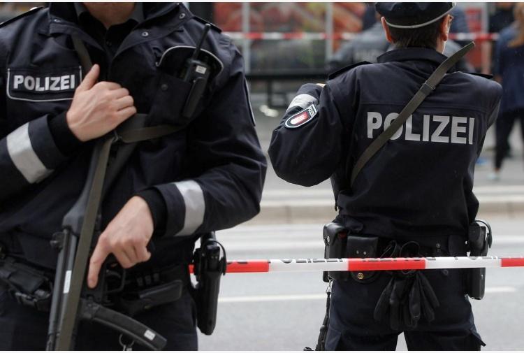 Germania, uomo travolge folla con l'auto a Bottrop: quattro feriti