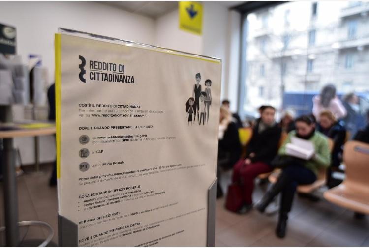 La pensione di cittadinanza potrà essere ritirata alla Posta in contanti