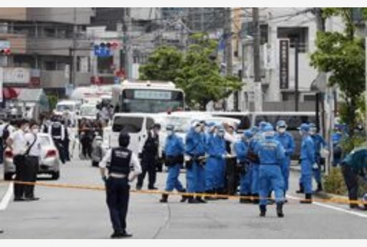 Tokyo, accoltella bimbe alla fermata del bus: 2 morti