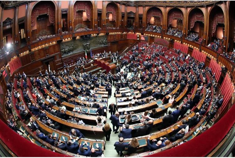 Arriva la sforbiciata italia lascia 39 podio 39 ue per numero for Parlamentari numero