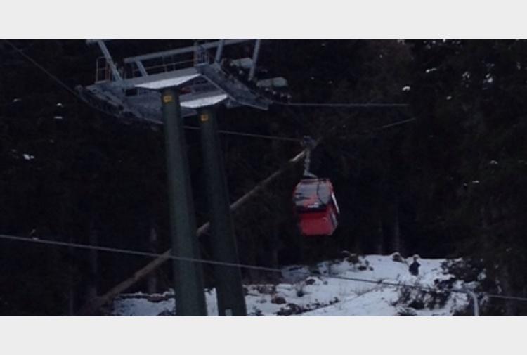 tragedia sfiorata albero su cabinovia in val gardena il video del salvataggio degli sciatori. Black Bedroom Furniture Sets. Home Design Ideas