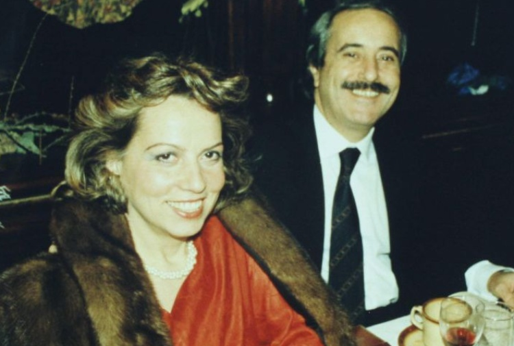 http://notizie.tiscali.it/export/sites/notizie/.galleries/16/Francesca-Morvillo-e-Giovanni-Falcone.jpg_283936897.jpg
