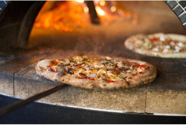 Marotta crisi epilettica in pizzeria, titolare la rimprovera: