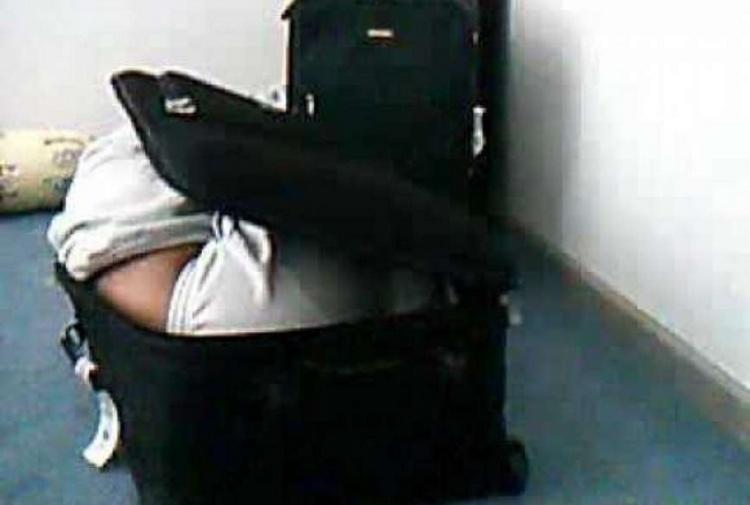 Papà nasconde figlia in valigia per portarla in crociera