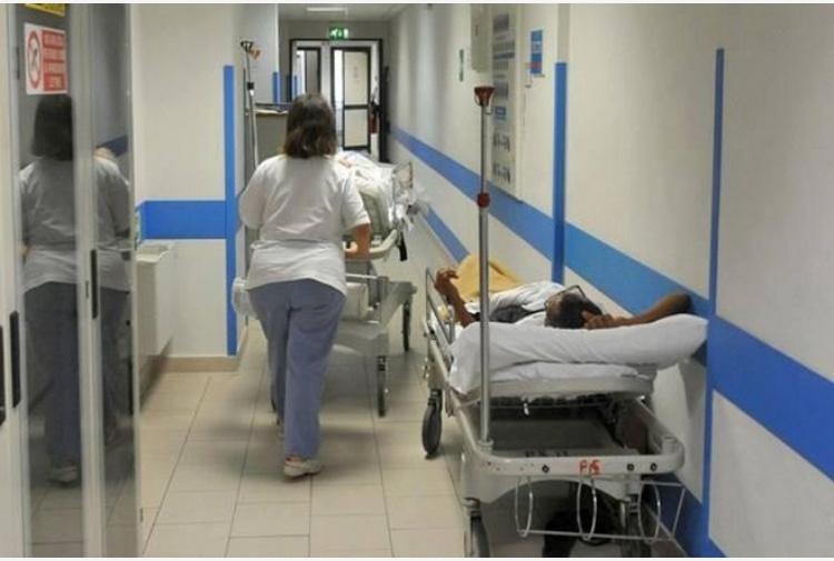Barella ospedale si rompe e cade, morto paziente